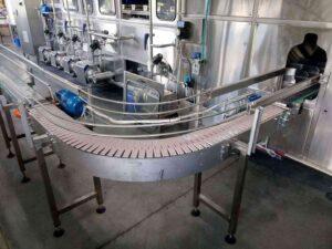 Конвейер для подачи пустых бутылей на вход машины мойки, налива и закупоривания